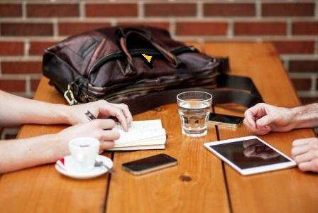 Menschen im öffentlichen Raum, die mit Handy und Laptop arbeiten