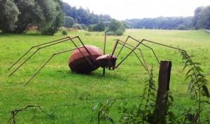 Eine Kunst-Spinne aus Metall im Gras, also durchaus local