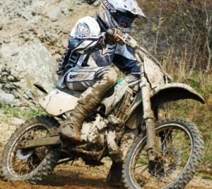 ein Motorradfahrer im Schlamm