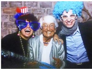 eine alte Dame beim Feiern