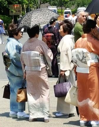 Ältere Damen im Kimono, die vielleicht eine Hochzeitsgesellschft verlassen haben