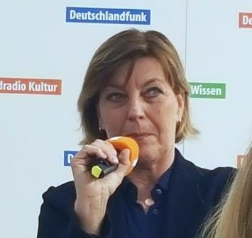 Die gewiefte Bestseller-Autorin Dora Held (Vorsicht: Humor!) beim Deutschlandfunk