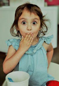 kleines Mädchen, das erstaunt guckt
