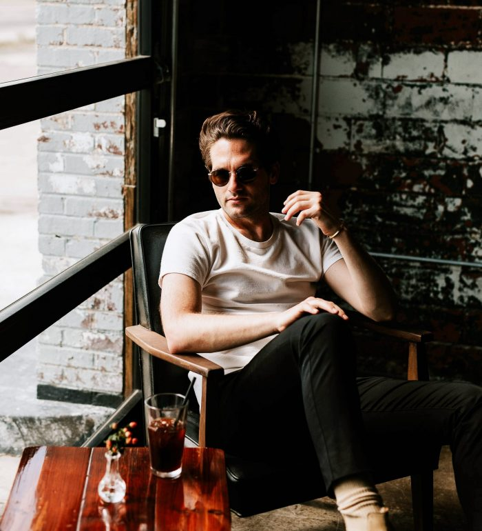 cooler Typ mit Sonnebrille