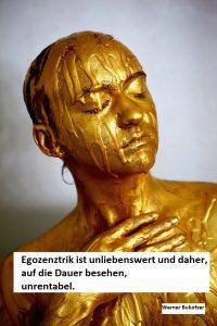 mit Goldfarbe überzogenes Frauengesicht