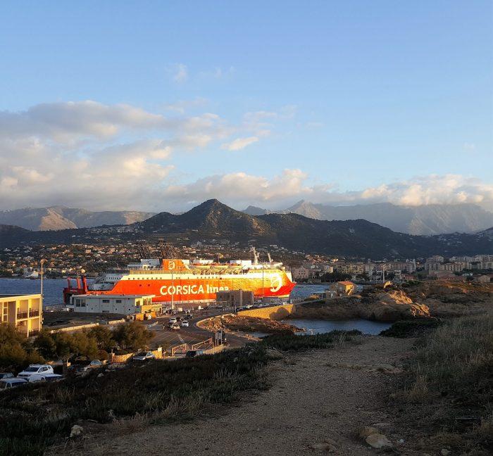 Korsica Fähre im Hafen im Abendlicht
