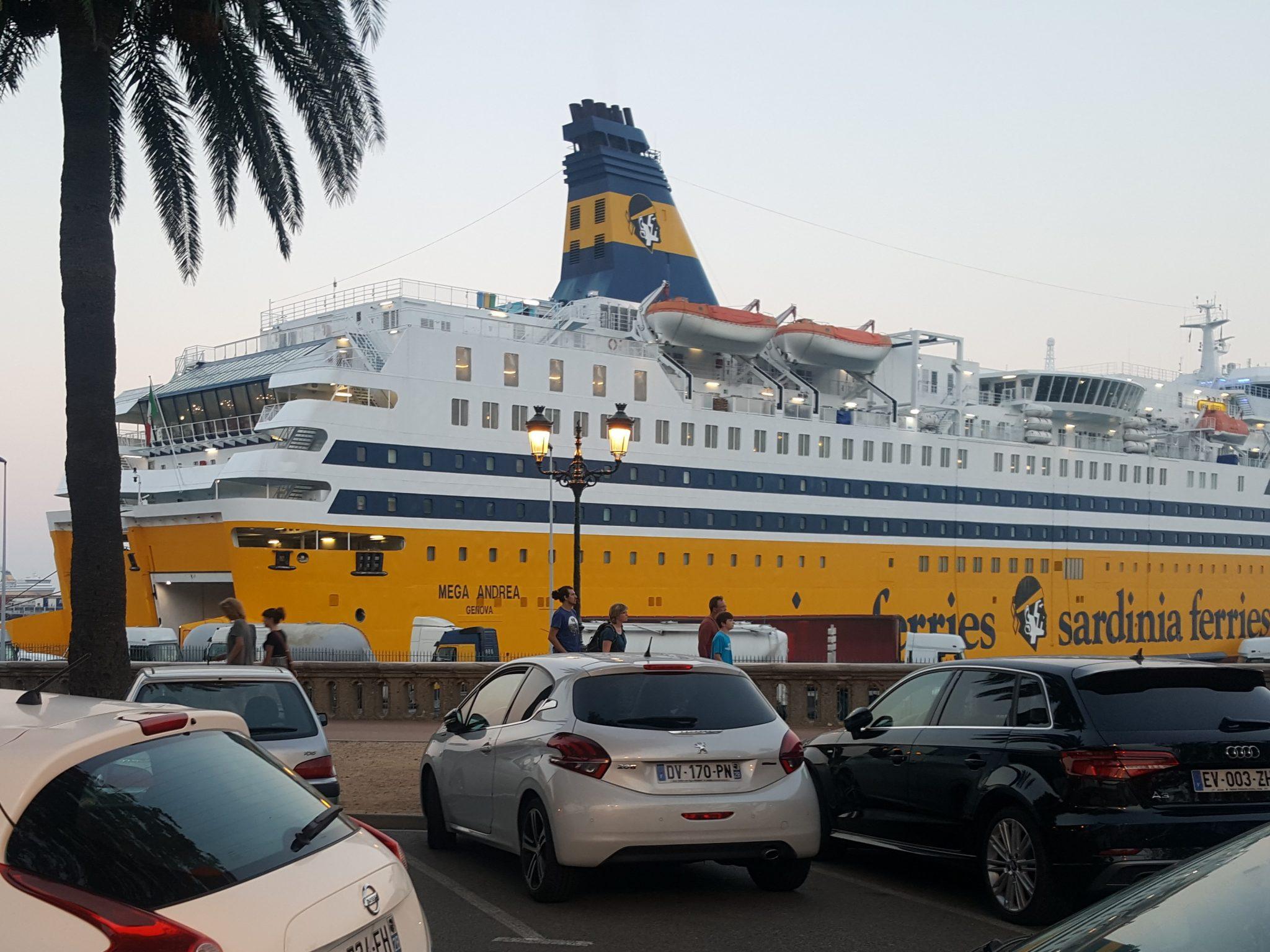 gelbes Fährschiff