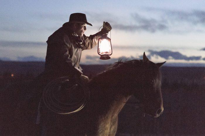 Mann, der mit einer Laterne im Dunkeln sucht