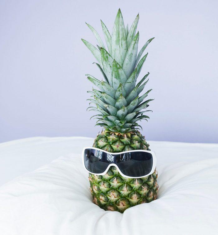 Eine Ananas mit sonnenbrille