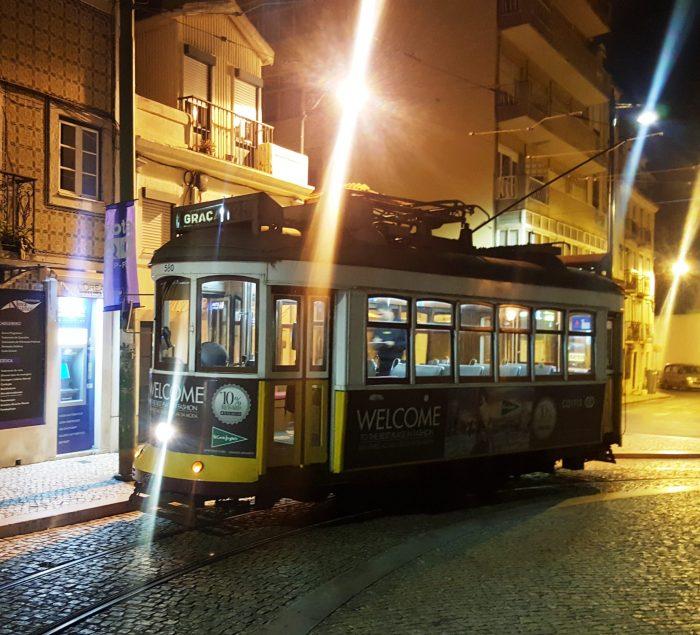 Eine Straßebahn in Lissabon