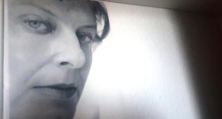 Nessa in schwarz-weiß und mit merkwürdigem gesichtsausdruck