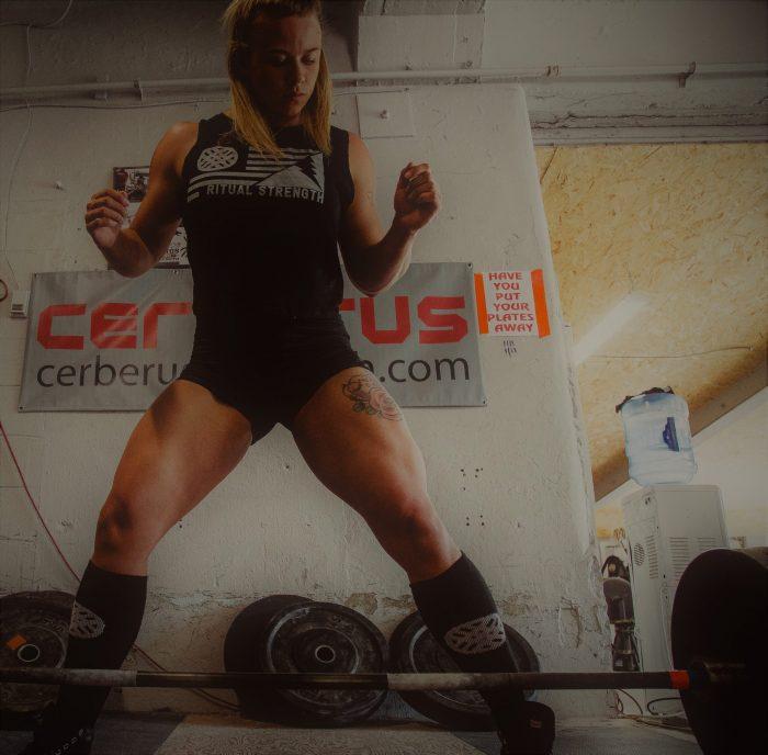 blonde Frau beim Gewichtheben