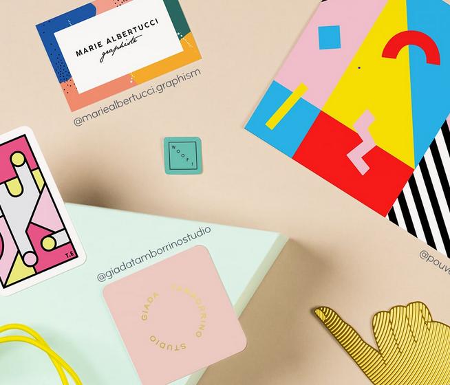Blog des Monats: ein Haufen durcheinadergewürfelter Karten mit farbigen Designs