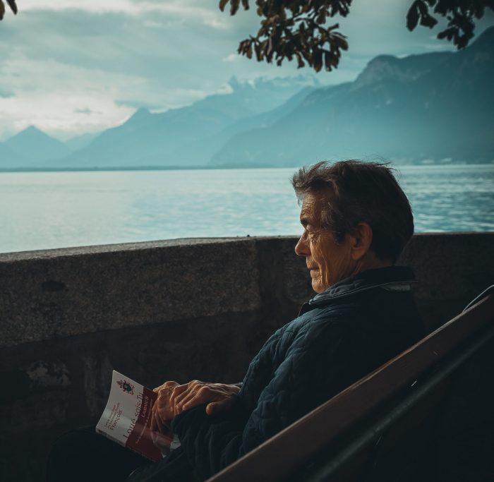 schlechtes gewissen loswerden: ein älterer Mann blickt traurig auf einen See