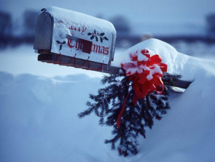 US Amerikanischer Postkasten im Schnee - romantisch