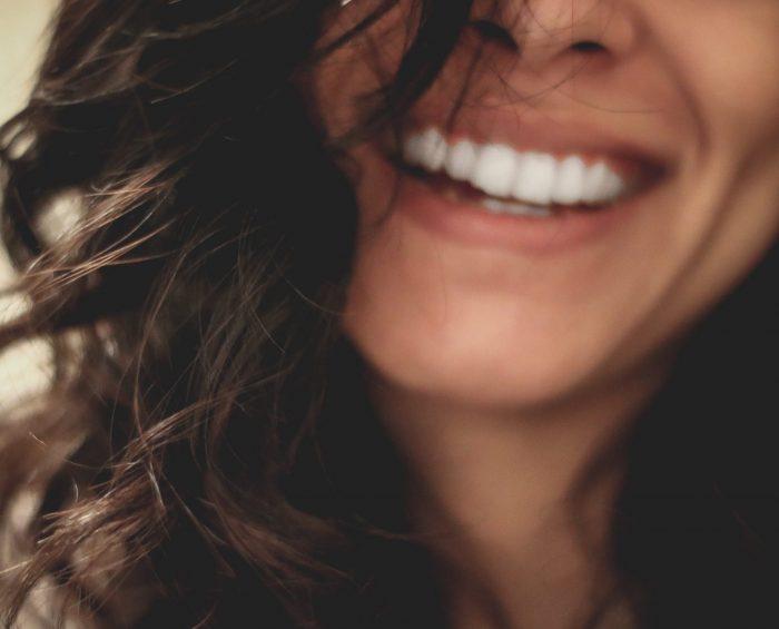 schlechtes gewisse loswerden: eine junge frau lacht
