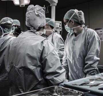 Ärzte am OP Tisch