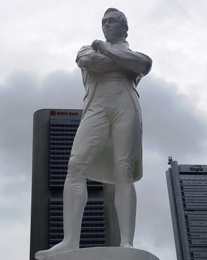 Sir Raffles in Siegerpose als Denkmal