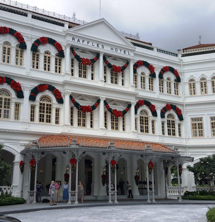 das alte Raffles Hotel, in dem es den berühmten Singapur Sling, einen Cocktail, gibt