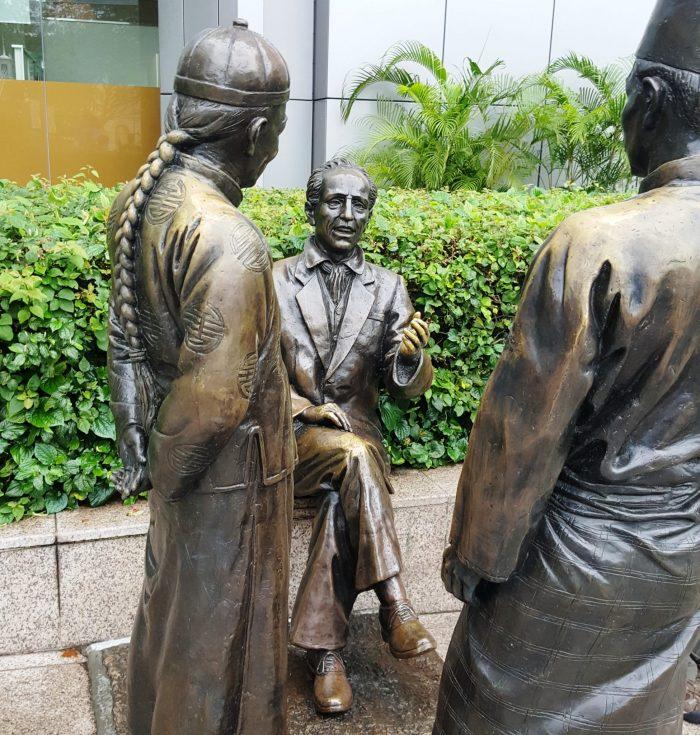 Bronzestatuen an der Waterfront