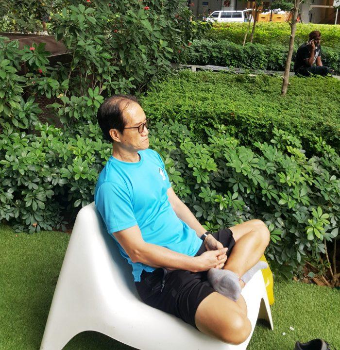 Mann beim meditieren im Park