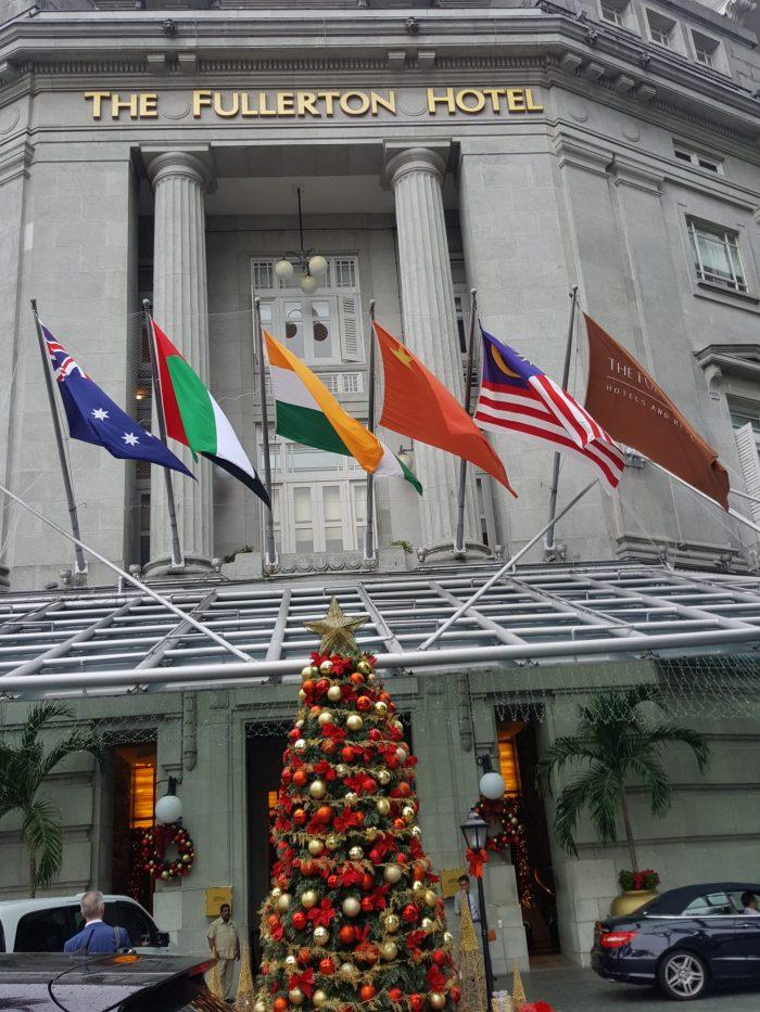 altes Hotel mit Weihnachtsbaum