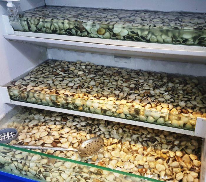 Muscheln in großen Wannen zum Verkauf