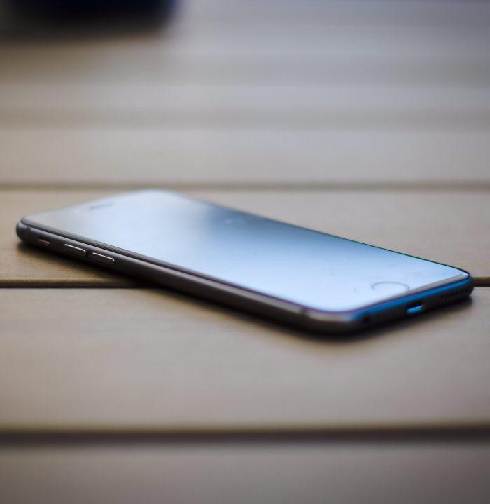 smartphone, auf dem gesicht liegend