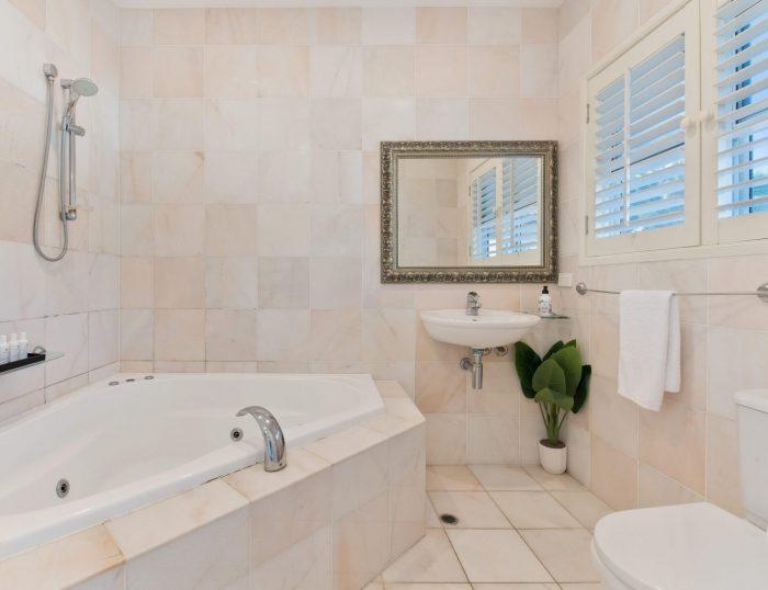 ein Badezimmer mit grünpflanze