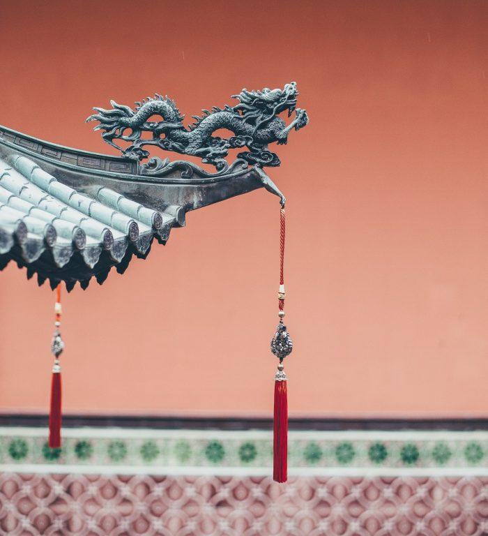 Chinesische-Figur-an-Hausdach