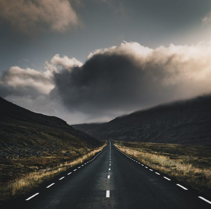 leere Straße mit Sturmwolken