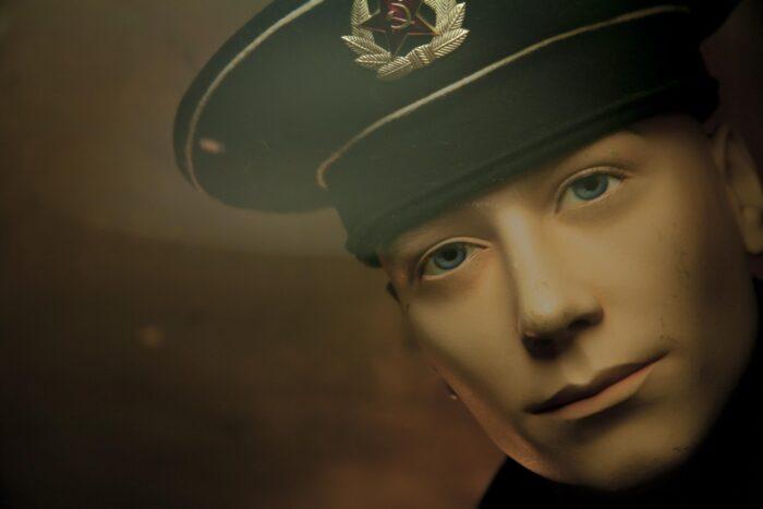 hübscher-Mann-mit-uniformmütze