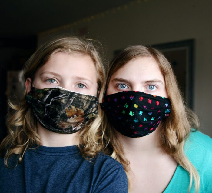 mädchen-mit-bunten-gesichtsmasken
