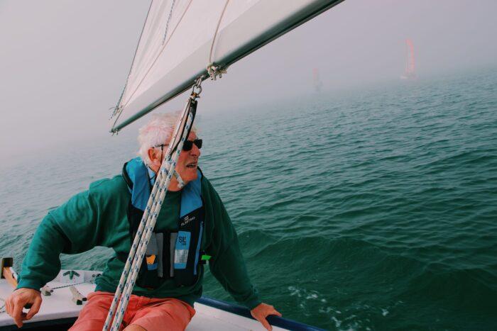 mann-auf-segelboot