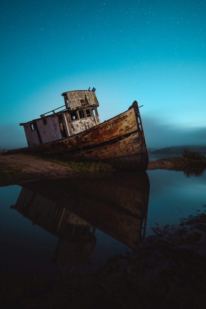 Ein altes, verrottendes Schiff sinkt langsam - ganz so wie ein Körper, der nicht geplegt wird