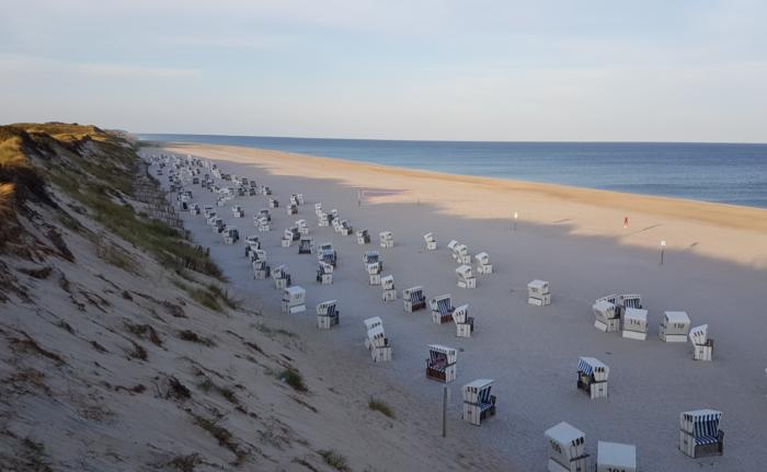 Strand mit Düne, Strandkorb und Meer
