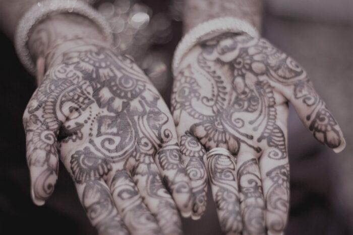 Handinnenflächen mit henna