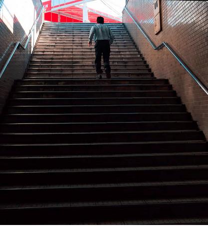 Businessmodell Produkt-Treppe - Sachbuch des Monats November 2020: Ein Mann auf einer langen Treppe