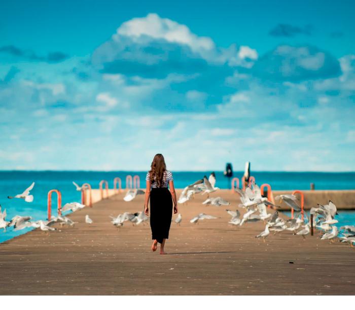 Isolation kann man lernen - fragt sich eine junge Frau am Meer.