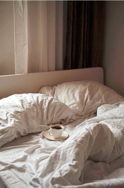 Bettdecken mit heißer Kaffeetasse und ohne Wärmflasche
